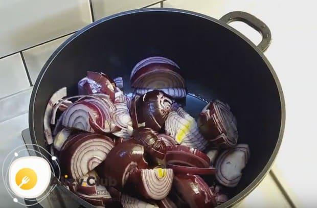 Нарезав лук толстыми полукольцами, выкладываем его в сотейник с растительным маслом.