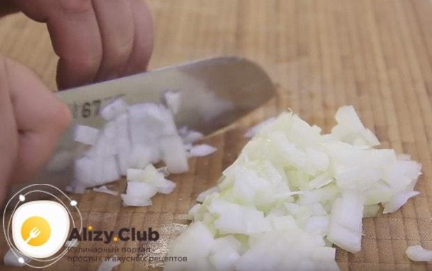 В классическом рецепту макарон по-флотски с фаршем используем лук.