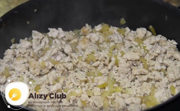 Добавляем куриный фарш, солим и перчим.