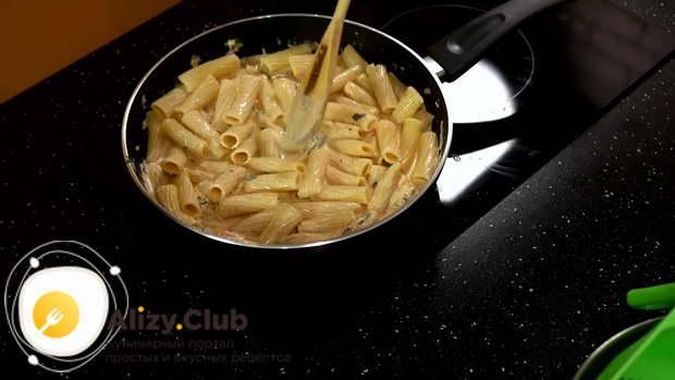 накрываем сковородку крышкой и готовим макароны с креветками минуты три на среднем огне