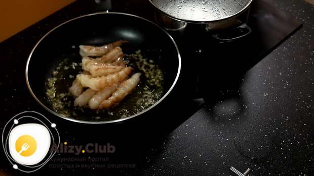 Высыпаем в сковородку слегка обсохшие креветки