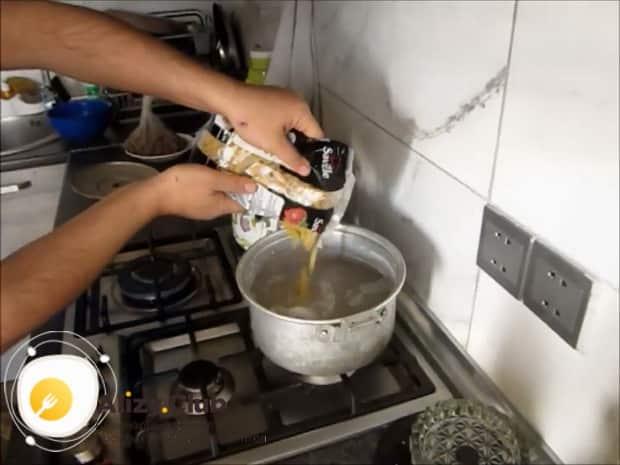 По рецепту для приготовления макарон с мясом, отварите макароны