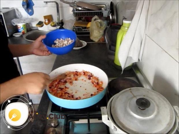 По рецепту для приготовления макарон с мясом, смешайте ингредиенты