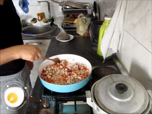 По рецепту для приготовления макарон с мясом, нарежьте грибы