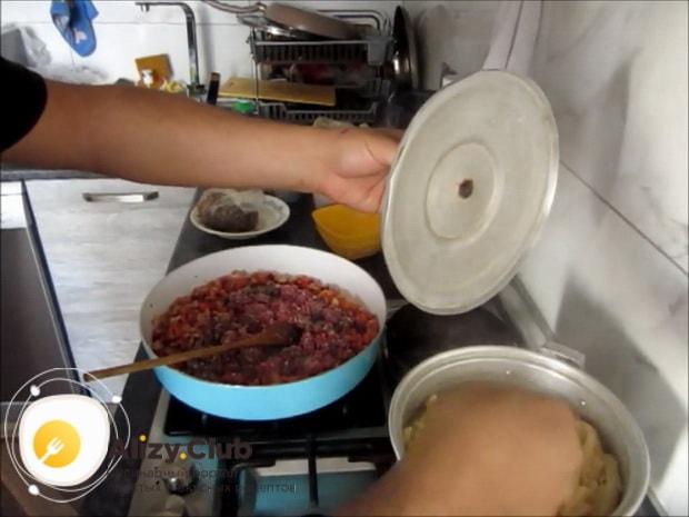 По рецепту для приготовления макарон с мясом, обжарьте фарш