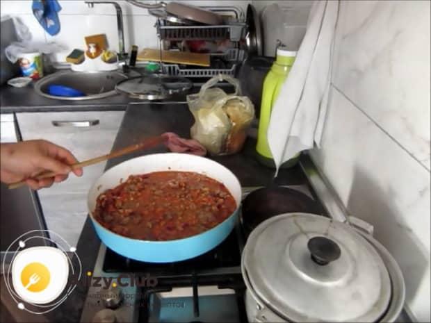 По рецепту для приготовления макарон с мясом, приготовьте соус