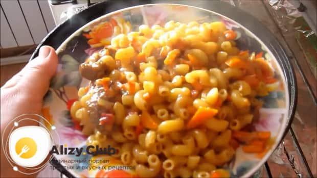 Сытные макароны с мясом на сковороде готовы