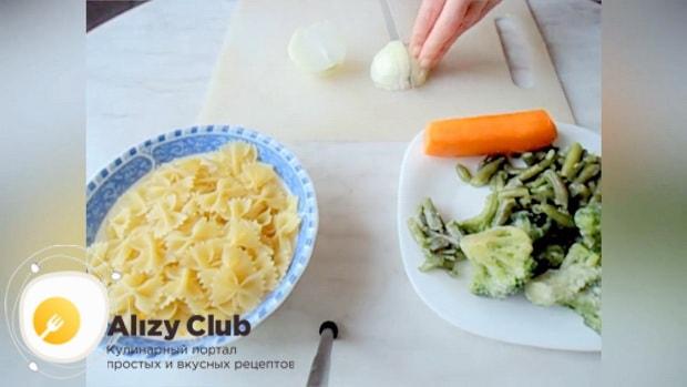 Для приготовления макарон с замороженными овощами, нарежьте ингредиенты