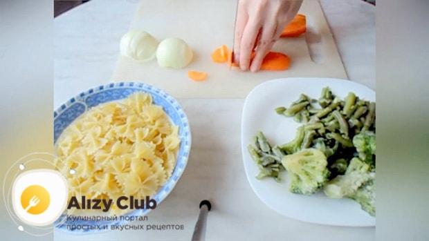 Для приготовления макарон с замороженными овощами, нарежьте морковь