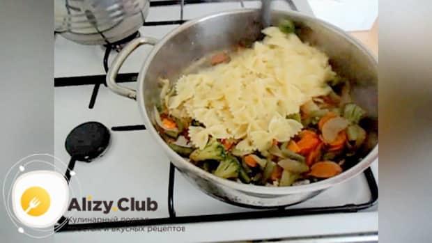 Для приготовления макарон с замороженными овощами, смешайте ингредиенты
