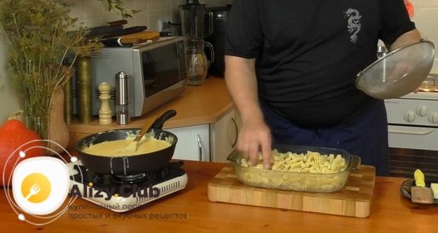Для приготовления макаронов с сыром по американски, натрите сыр