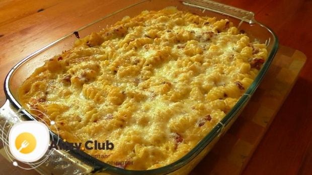 Для приготовления макаронов с сыром по американски, запекаите все ингредиенты.