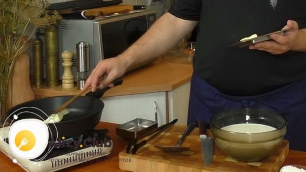 Для приготовления макаронов с сыром по американски, растопите масло