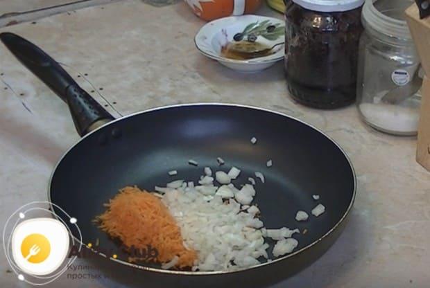 Измельчаем лук и выкладываем его вместе с морковью на сковороду.