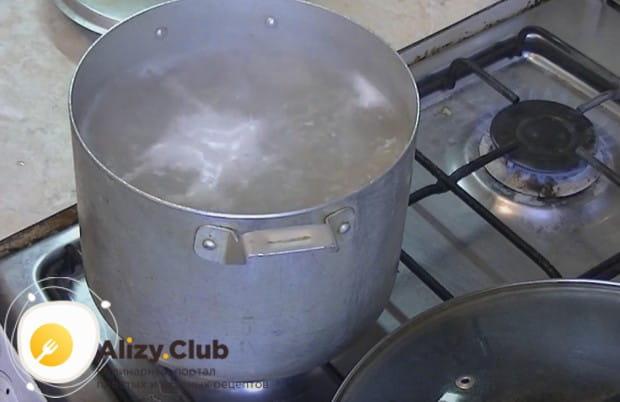 В кипящую воду выкладываем макароны и варим до готовности.