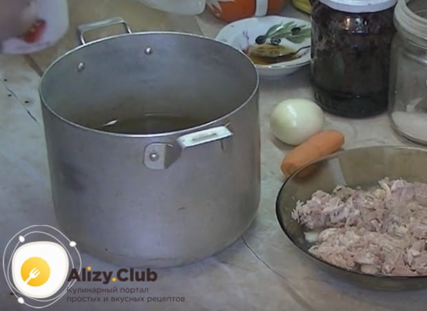 Ставим воду греться в кастрюле, добавляем в нее соль и растительное масло.