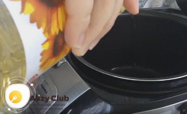 Освободив чашу устройства от макарон, наливаем в нее растительное масло.