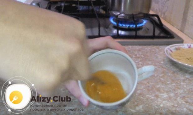 Поскольку мы будем готовить макароны с яйцом в духовке, взбиваем го вилкой с добавлением соли.