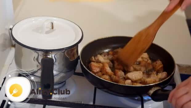 Поджариваем мясо до корочки