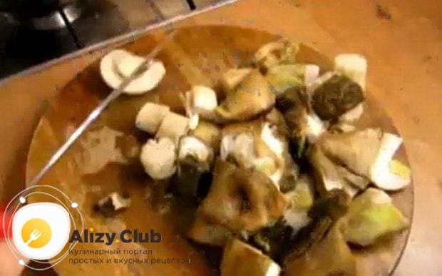 По рецепту для того чтоб замариновать нарежьте белые грибы.