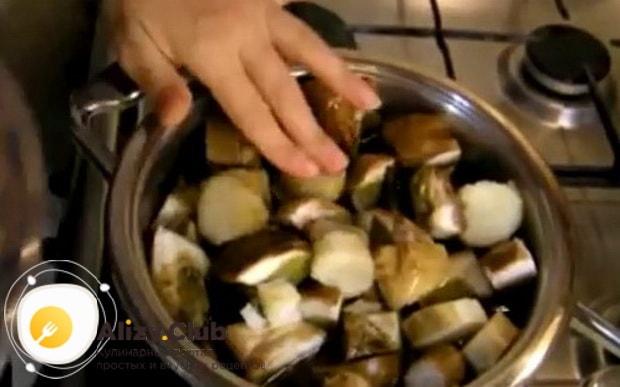По рецепту для того чтоб замариновать белые грибы приготовьте рассол