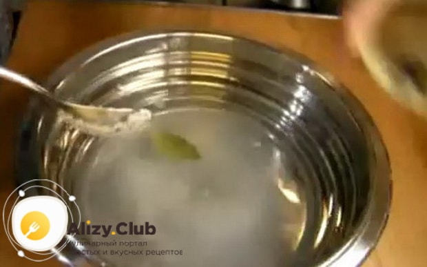 По рецепту для маринования белых грибов, подготовьте все специи