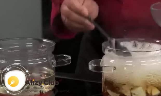 По рецепту для маринования белых грибов, приготовьтьте рассол