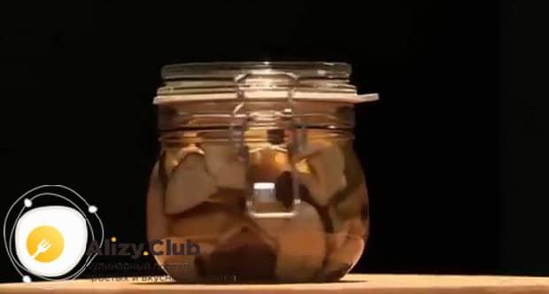 По рецепту для маринования белых грибов, поставьте банки в холодное место