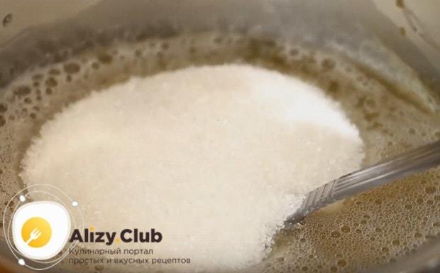Добавляем в массу сахар и перемешиваем.