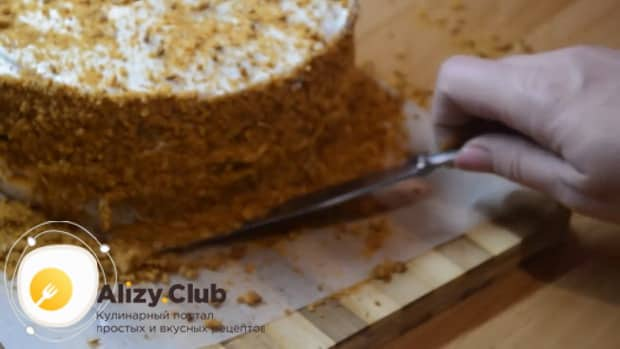 Для приготовления медового торта рыжик со сметанным кремом, приготовьте крошку