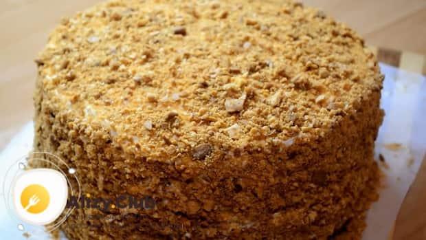Для приготовления медового торта рыжик со сметанным кремом, обсыпьте торт