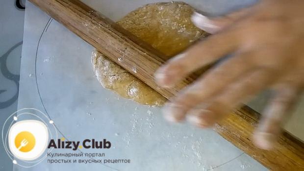 Для приготовления торта медовик по классическому рецепту в домашних условиях, раскатайте корж