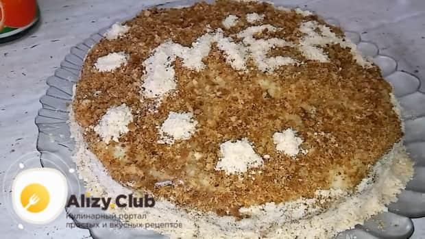 Для приготовления торта медовик по классическому рецепту в домашних условиях, посыпьте присыпкой.