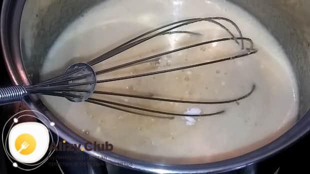 Для приготовления торта медовик по классическому рецепту в домашних условиях, смешайте ингредиенты для приготовления теста