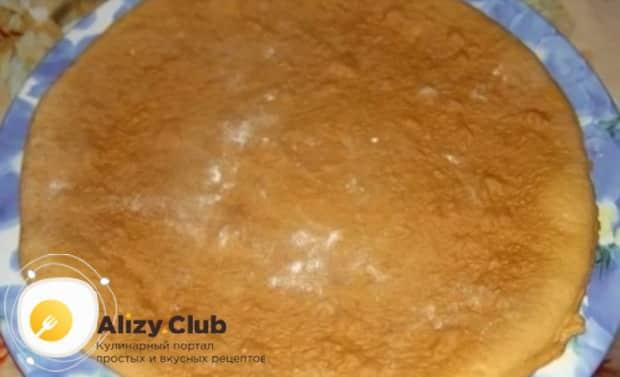 Для приготовления торта медовик по классическому рецепту в домашних условиях, выпеките корж