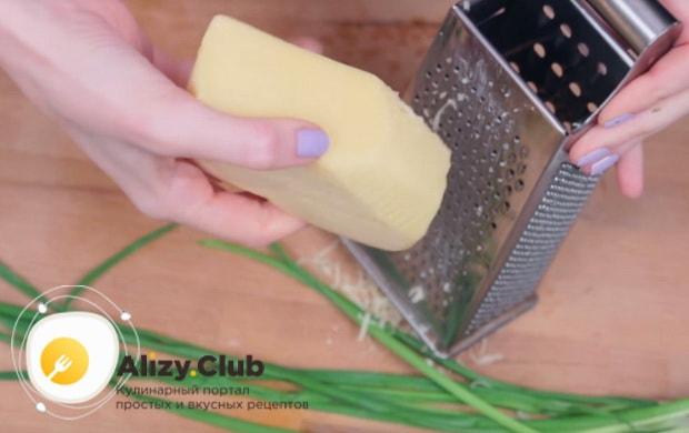 Натираем немного твёрдого сыра на крупной тёрке