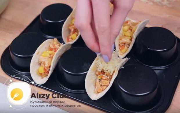 Выкладываем чайной ложкой смесь из сковороды в наши тортильи