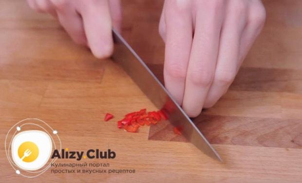 мелко нарезаем перец чили