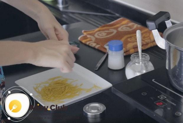 Спагетти ломаем на кусочки длиной сантиметров по 5.