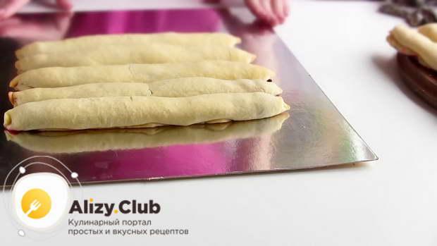 На плоское блюдо или тарелку выкладываем непарное число трубочек