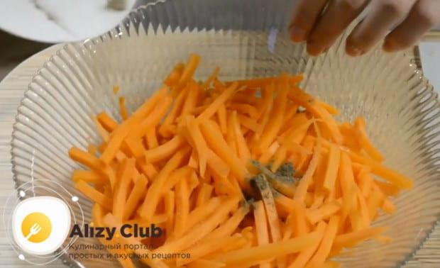 Натертую на терке морковку солим и перчим.