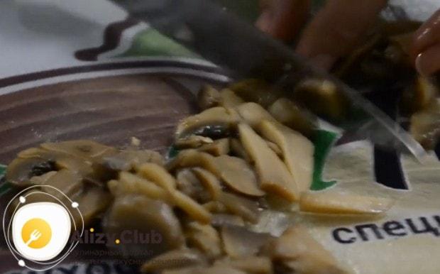 Соломкой режем грибы.