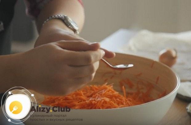 Слегка сбрызгиваем морковку уксусом.