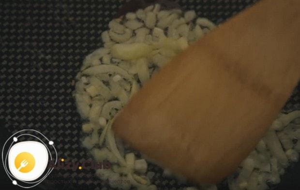 Выкладываем лук на сковороду и обжариваем до мягкости.
