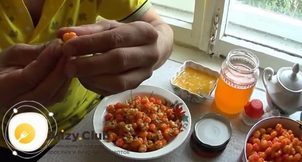 Для приготовления морошки в собственном соку без сахара, переберите ягоды