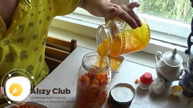 Для приготовления морошки в собственном соку без сахара выложите слоями мед и ягоды