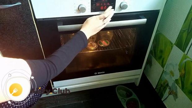 Для приготовления морошки в собственном соку с сахаром, подготовьте посуду