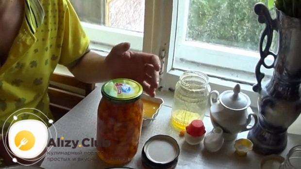 Для приготовления морошки в собственном соку без сахара, закройте банку и опустите в погреб.
