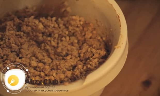 Для приготовления торта муравейник по простому рецепту со сгущенкой смешайте ингредиенты