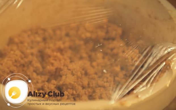 Для приготовления торта муравейник по простому рецепту со сгущенкой поставьте заготовку в холодильник
